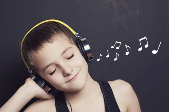 Mendengarkan musik
