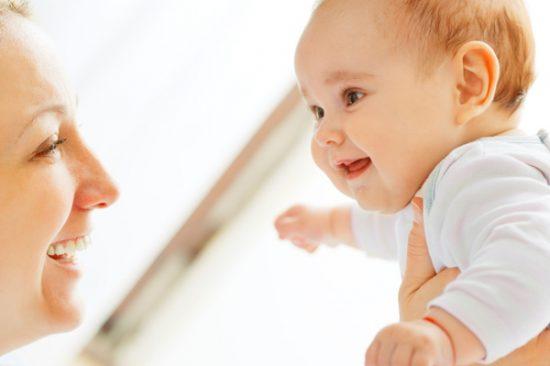 bayi usia 2 bulan sering tersenyum