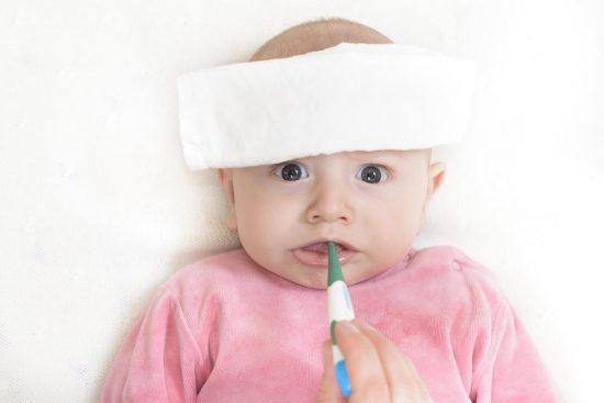 Atasi demam si kecil dengan memberikan obat penurun panas