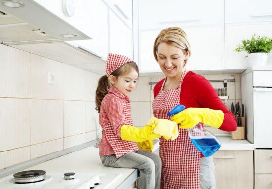 Ajak si kecil membantu pekerjaan rumah tangga