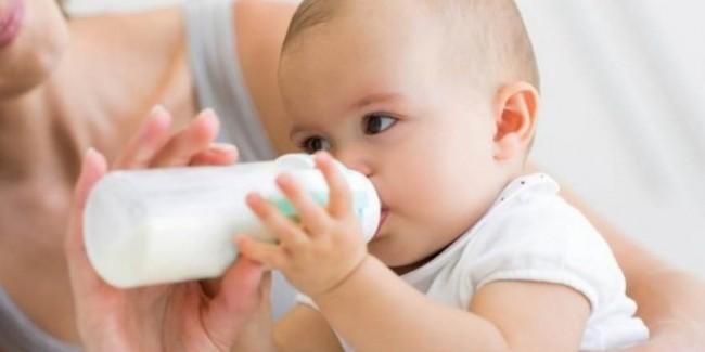 Sudah bisa memegang botol susu sendiri