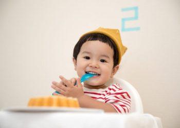 Cara untuk mengajari si kecil menggunakan sendok