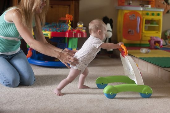 Tips mengajarkan balita berjalan
