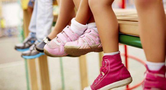 Sepatu si kecil harus memiliki sol karet yang lebih fleksibel