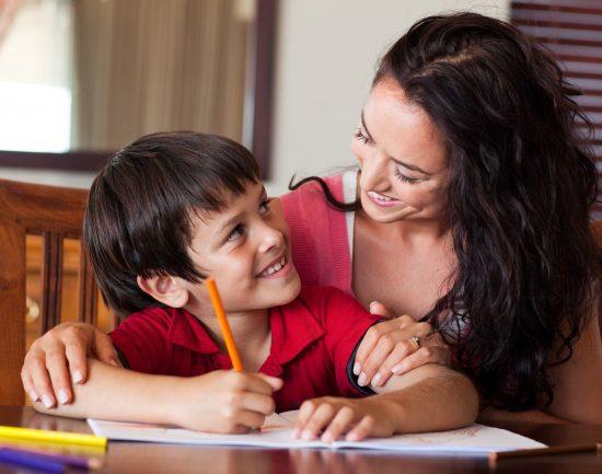 Bantu Si Kecil Dalam Mengerjakan Pekerjaan Rumah