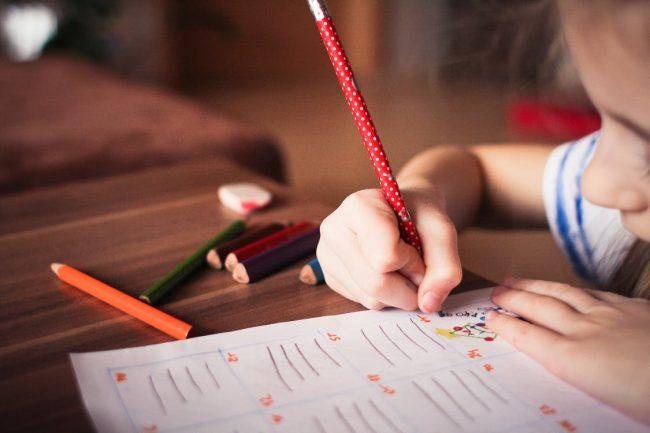 Hal Yang Perlu Diperhatikan Saat Melatih Anak Menulis