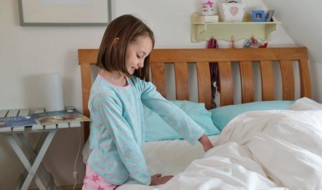 Biasakan si kecil merapikan kasur mereka sendiri setelah bangun tidur