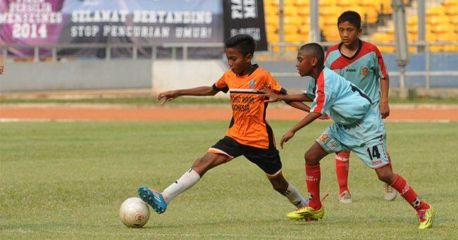 Manfaat sepak bola, anak mampu berkoordinasi dengan tim