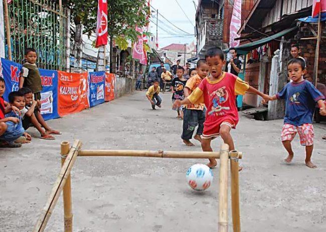 Manfaat sepak bola membuat anakakan lebih menghargai orang lain