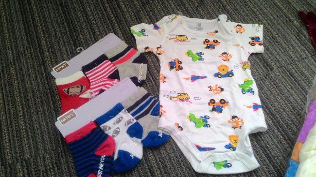 Menyiapkan baju yang akan dikenakan si kecil