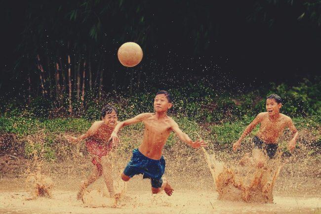Manfaat sepak bola dapat melatih si kecil pandai mengambil keputusan