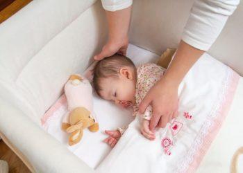 Menyanyi adalah salah satu trik yang bisa dilakukan untuk membangunkan si kecil yang tertidur