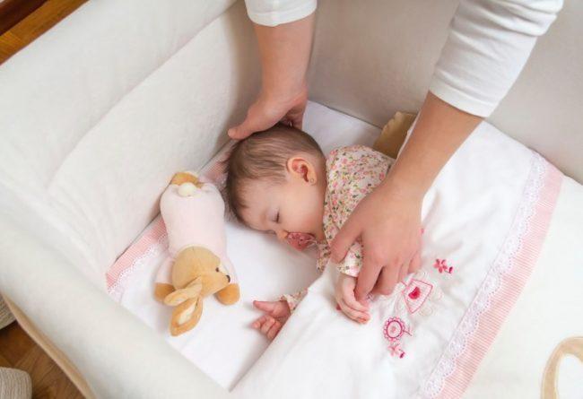 Menyanyi untuk membangunkan si kecil yang tertidur