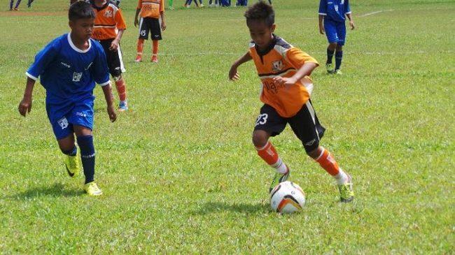 Manfaat sepak bola menjaga kesehatan si kecil
