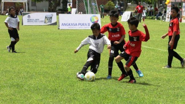 Manfaat sepak bola membuat anak mampu menerapkan strategi yang kuat
