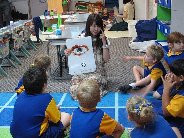 Anak sedang Belajar Bahasa Jepang