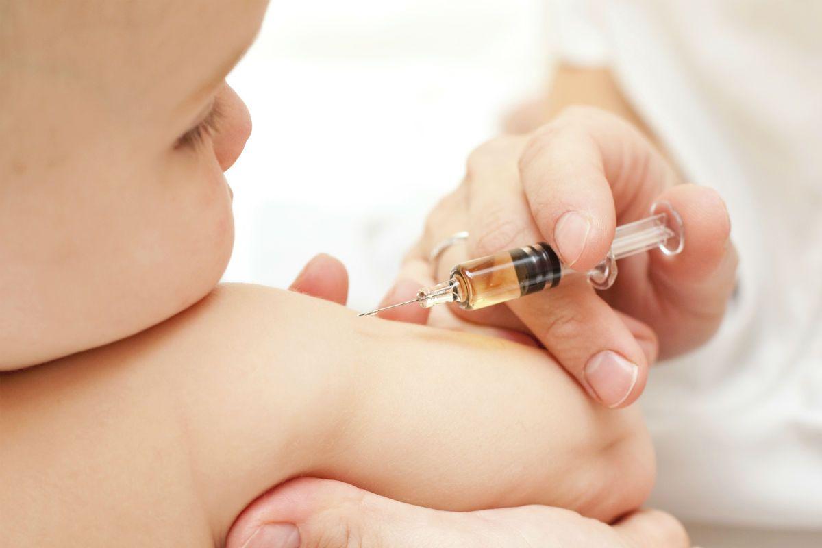 Jika si kecil sedang minum antibiotik bolehkah diimunisasi?