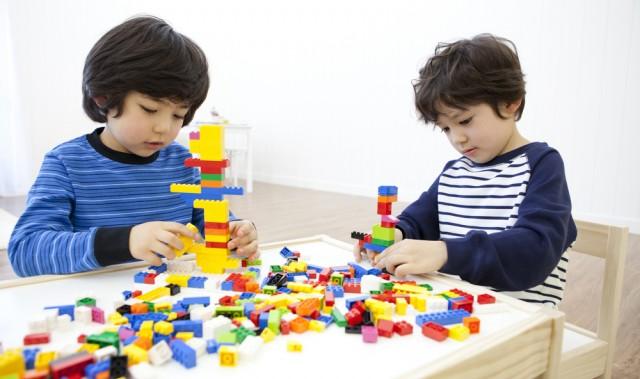 Lego dapat mengenalkan si kecil mengenai warna, ukuran, dan bentuk