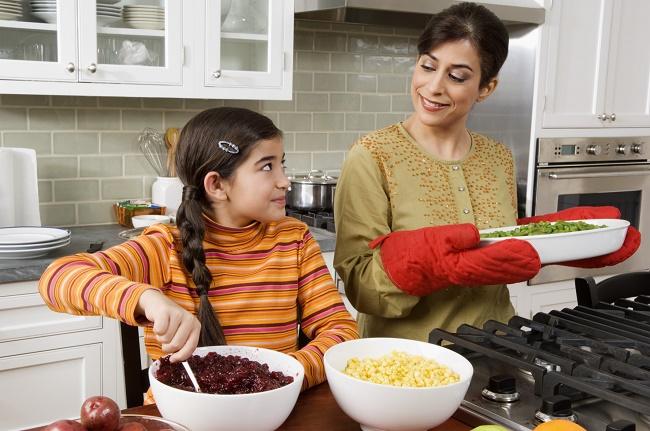 Biarkan si kecil memilih sayuran sendiri dan libatkan dia dalam proses memasak
