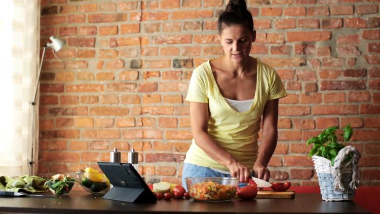 Siapkan resep dan bahan makanan yang mudah dimasak