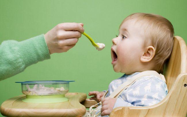 menyuapkan Mpasi ke anak di 6 bulan pertama