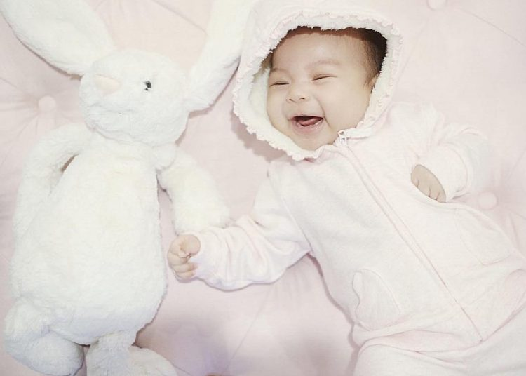 Konsep Foto Bayi Bermain Dengan Boneka kesayangan