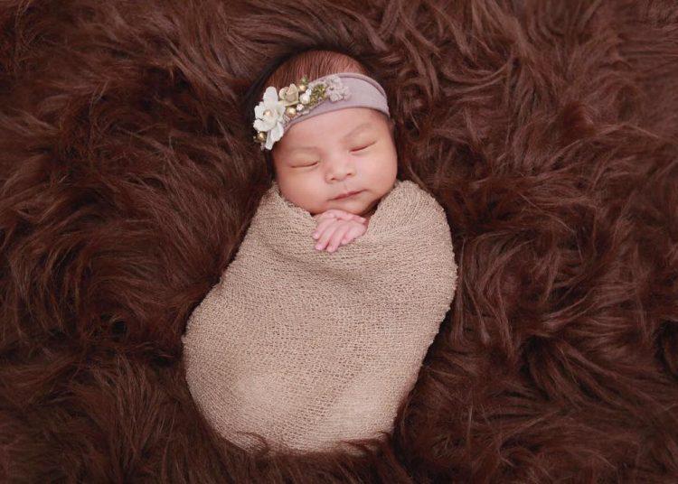 Konsep Foto Bayi Tidur Dengan Selimut Yang Membuat Hangatyang menggemaskan