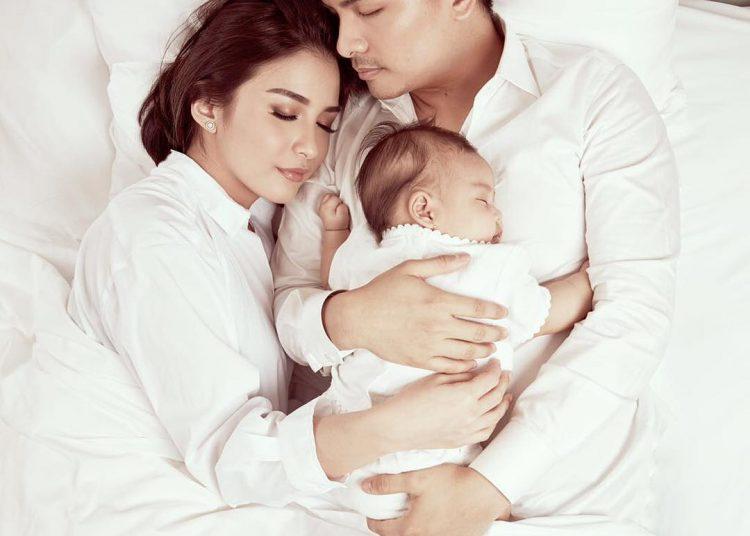 Foto Tidur Bayi Bersama Orang Tua