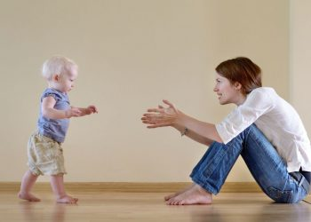 Ibu Membantu Anak Agar Cepat Jalan