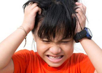 menghilangkan kutu rambut anak