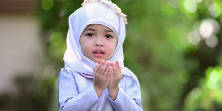 Mengajarkan anak Berdoa (sumber gambar: https://www.shutterstock.com)