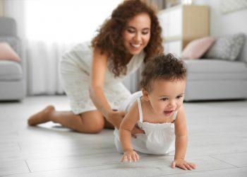 Bayi Belajar Merangkak (sumber gambar: https://www.parents.com)