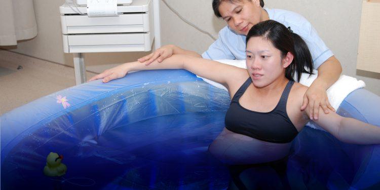 Kenali Manfaat dan Resiko Water Birth