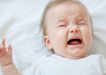 bayi menangis karena radang tenggorokan pada bayi